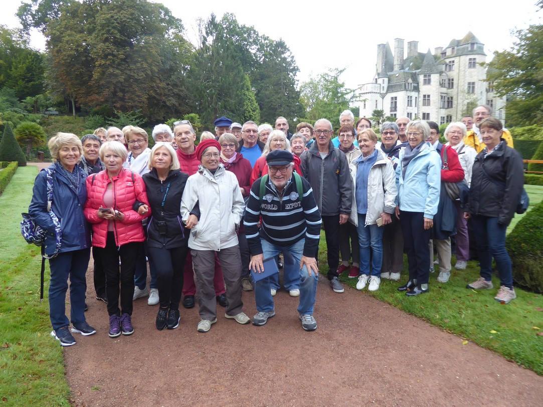 Photo de groupe dans le parc du château des Ravalet