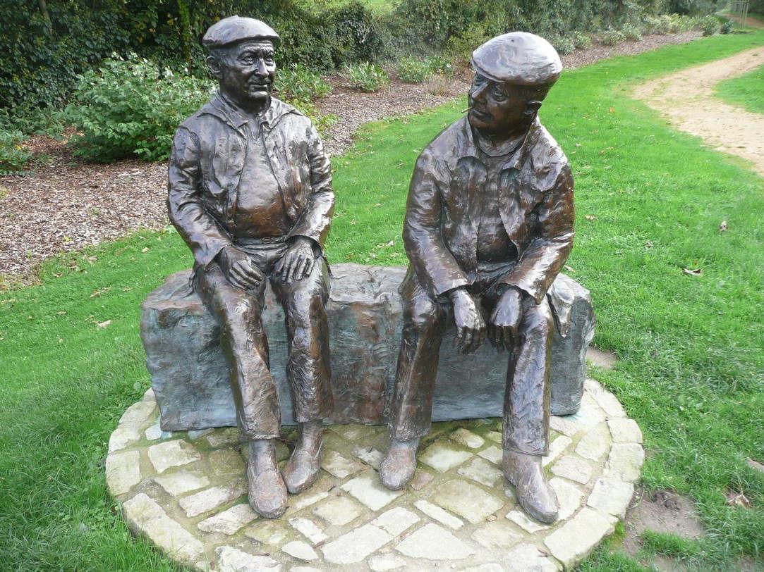 Statues de Jacques Prévert et de son ami Alexandre Trauner à Omoville la Petite