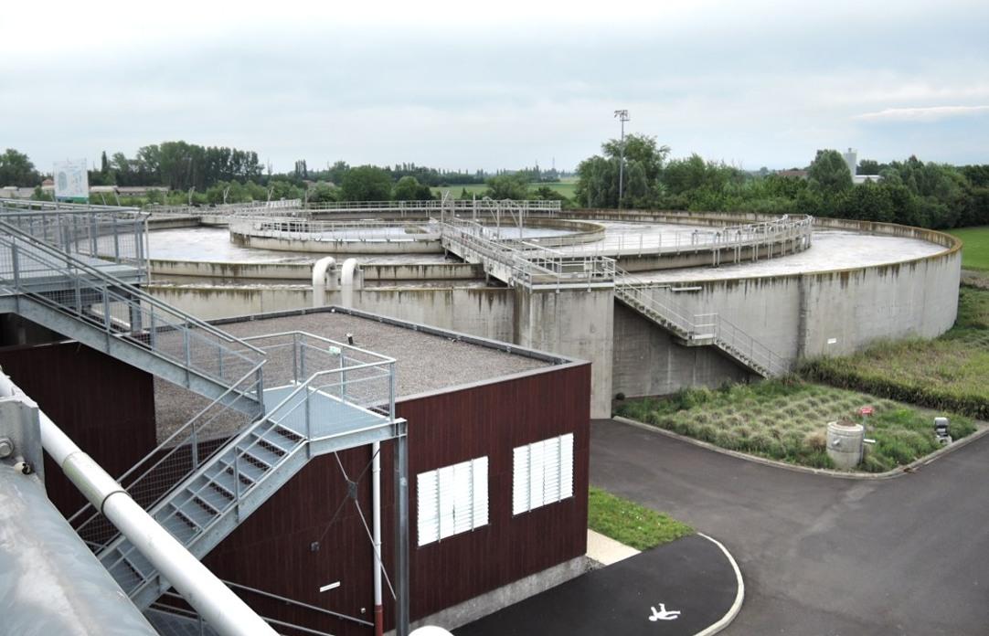 Bassin de traitement biologique (l'air est insuflé dans les 2 zones extérieures pour booster les bactéries)