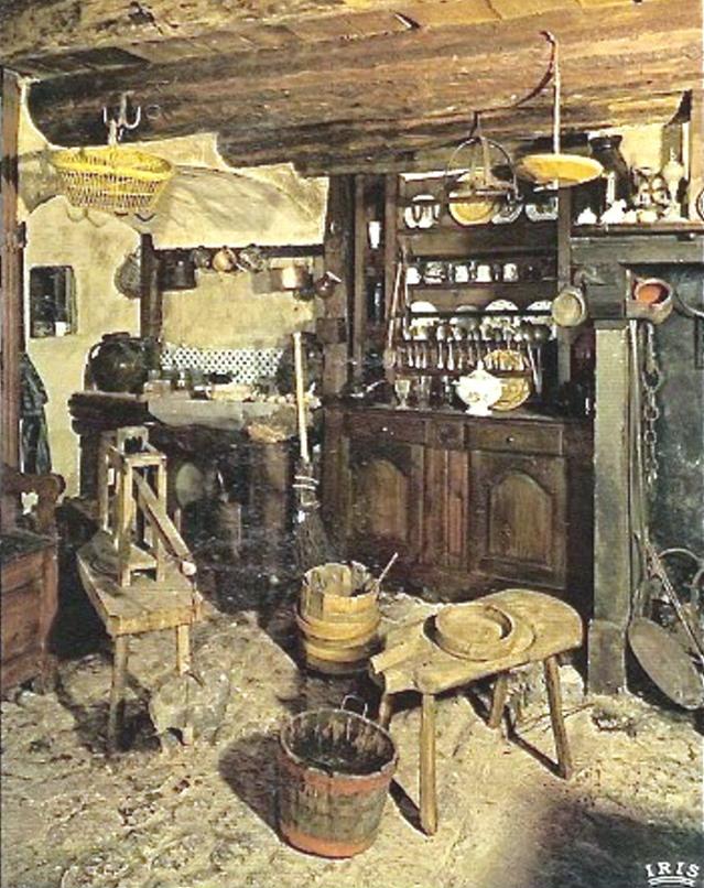 Dans un modeste intérieur, les outils pour la fabrication familiale du fromage.