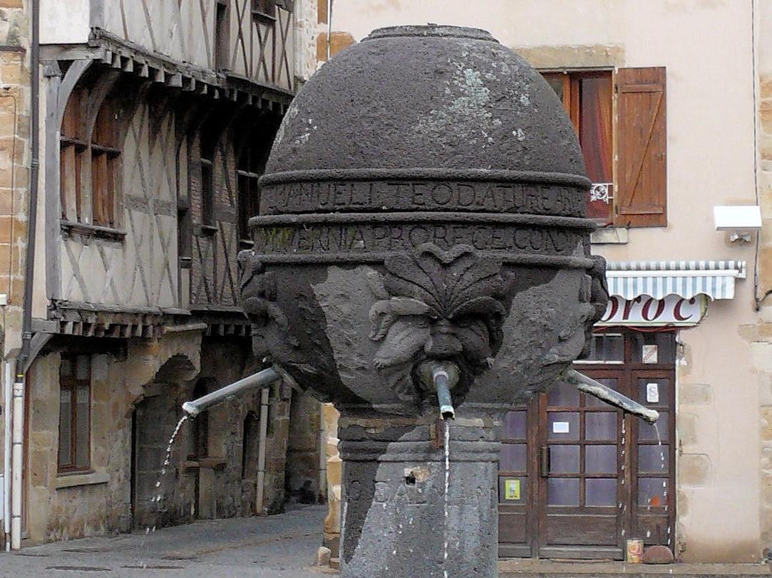 Vic le Comte, place du vieux marché, sur l'imposant globe-réservoir, quatre aegipans