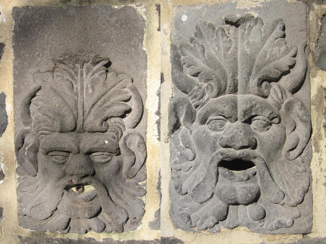 Au Jardin Lecocq à Clermont Ferrand, de chaque côté de la porte du château de Bien-assis, deux superbes aegipans jumeaux