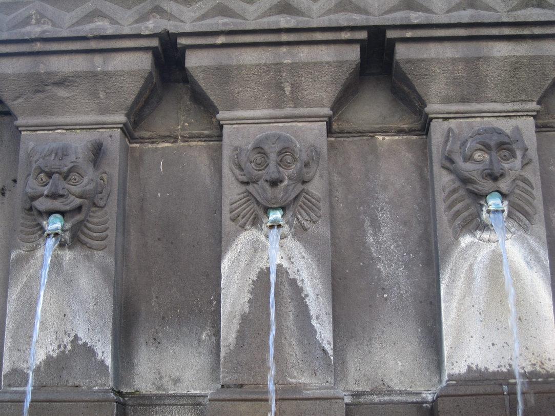 Fontaine place de la Victoire, têtes hideuses (singes, fauves, diables…)